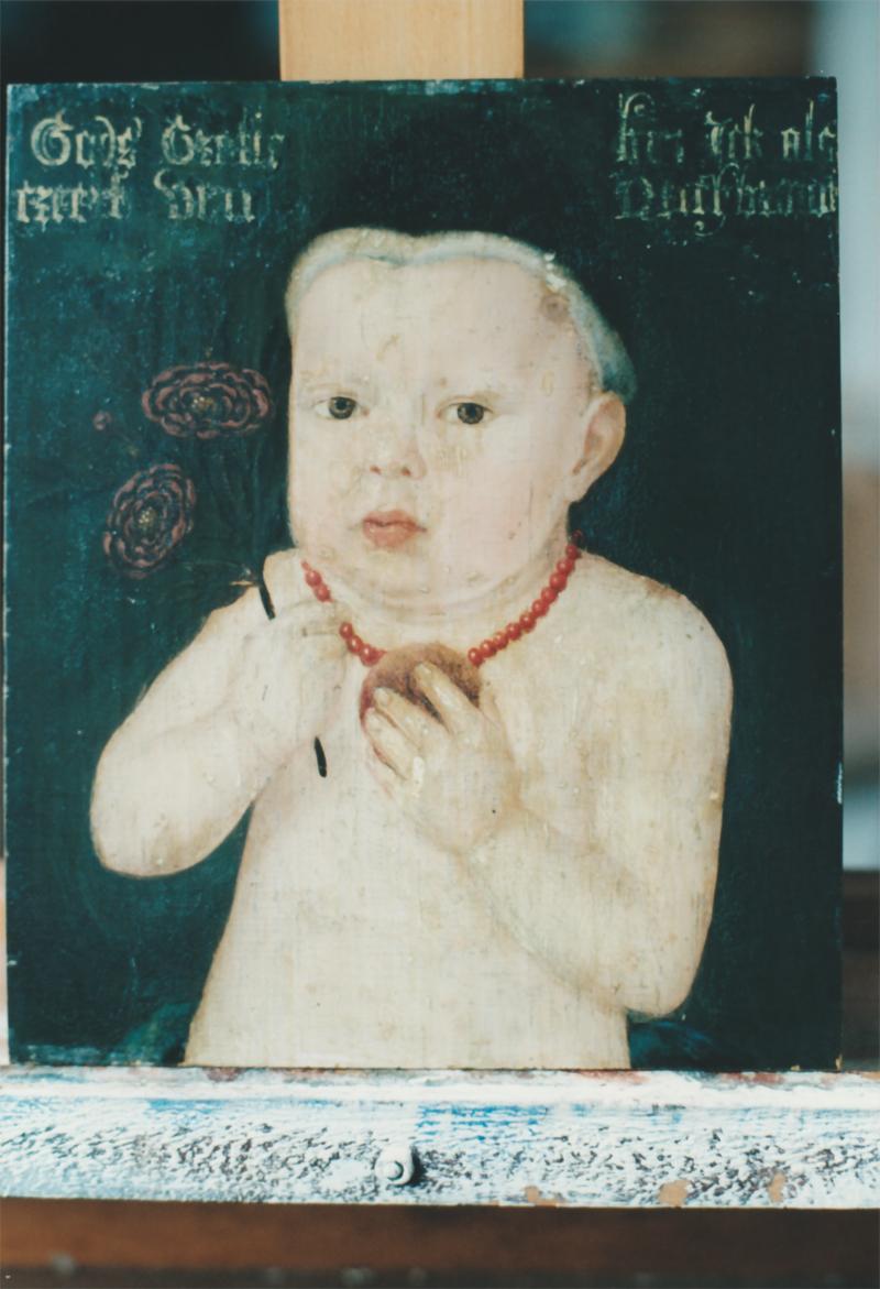 Ritratto di un bimbo con berretto e collana di corallo